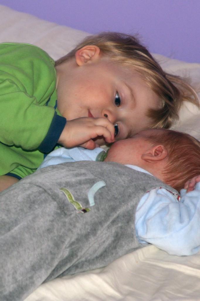 Geschwisterkinder mögen von der neuen Realität auch mal geschockt sein, aber im Grunde geht es Ihnen nicht anders als uns: Babys mit kleinen NAsen, Fingerchen und Füßchen finden sie faszinierend