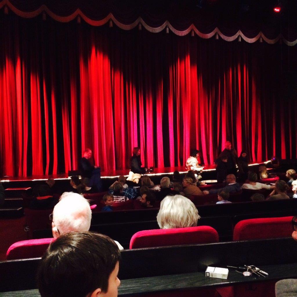 Der Theatersaal füllt sich: Zu besuch beim kleinen Störtebeker im Schmidt Theater