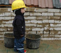 Kleiner Bauarbeiter Kinder Baustelle Hafencity