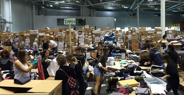 Messehallen Kleiderkammer Flüchtlinge spenden