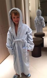 Auch für kleine Gäste wird gesorgt: Hamburger Jung im Wellness Outfit