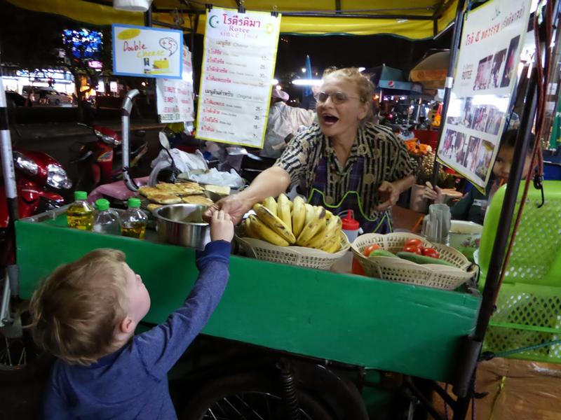 Hamburger Jung kauft Bananenpfannkuchen. Und bedankt sich brav auf thai: Khop Khun Krap.