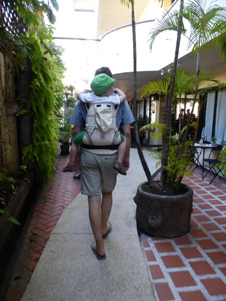 Trick 17 zur Tempel- und Stadtbesichtigung. Der Hamburger Jung darf auf langen Fußwegen mit seinen drei Jahren nochmal in die Manduca, der Hamburger Knirps reist im Buggy, der lässt sich durch Chiang Mais Straßen gut schieben.