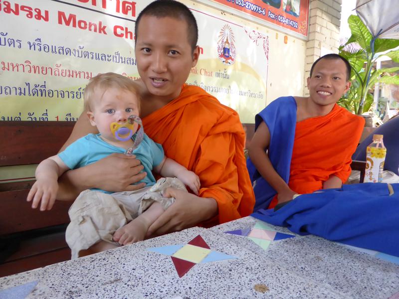 Beim Monk Chat in einem der vielen Tempel unterhalten wir uns mit zwei Mönchen. Der Hamburger lässt die wirklich wichtigen Fragen übersetzen; Esst ihr auch Schokolade? (nein) Spielt ihr auch Fussball? (nein) Und am Ende die große Überraschung: Für die Mönche sind nicht sie, sondern wir die große Attraktion. Sie erbitten ein Foto von sich und den blonden Kindern. Der Hamburger Knirps ist dabei.