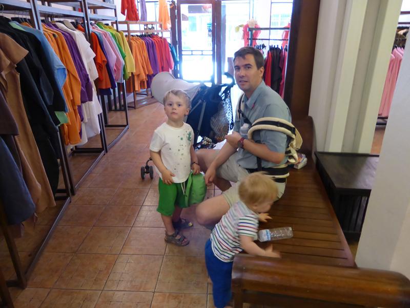 Hab ich ein Glück: Kleider shoppen, während drei Männer auf mich warten