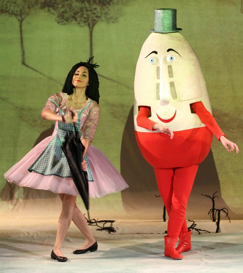 Tanz und Gesang gehören dazu, hier geben sich Lupinchen und Mister Humpty Dumpty die Ehre. Bild: J.Flügel