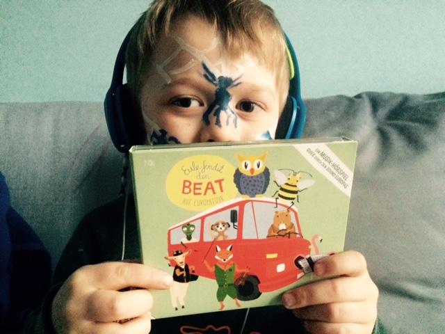Dem Hamburger Jung gefällt  die CD: Eule findet den Beat auf Europareise.  Als Spinne ist er einfach so geschminkt