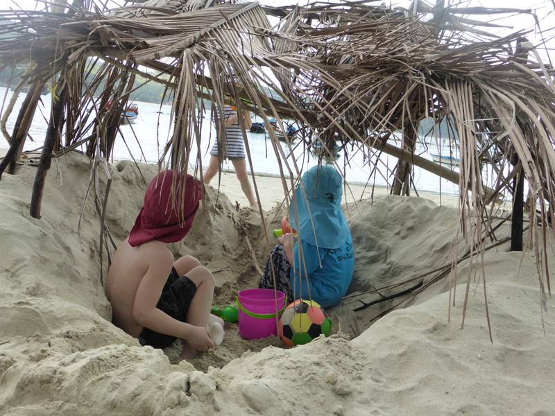 Alles voller Kinder in der Bucht . Hier finden unsere Jungs schnell Freunde und die Eltern umso mehr Erholung.