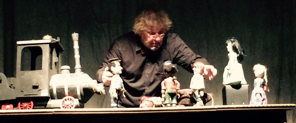Alles in einer hand: Detlef Heinichsen beherrscht das Puppen-Ensemble mit Bravour