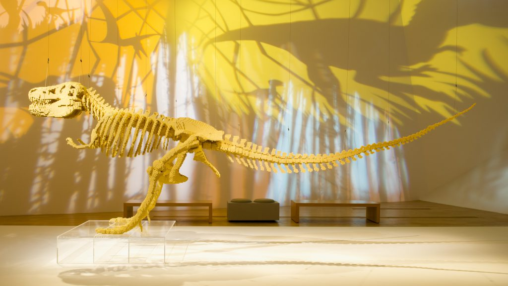Ein 6-Meter langes Dinosaurier Skelett aus Legosteinen. Quelle: The Art of the Brick