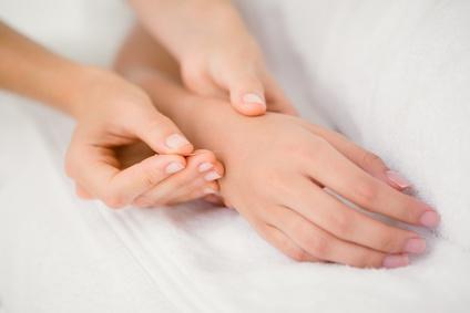 Manchen Frauen hilft Akupunktur gegen Schwangerschaftsübelkeit. (Genadelt wird eigentlich an Handgelenk und Unterarm)