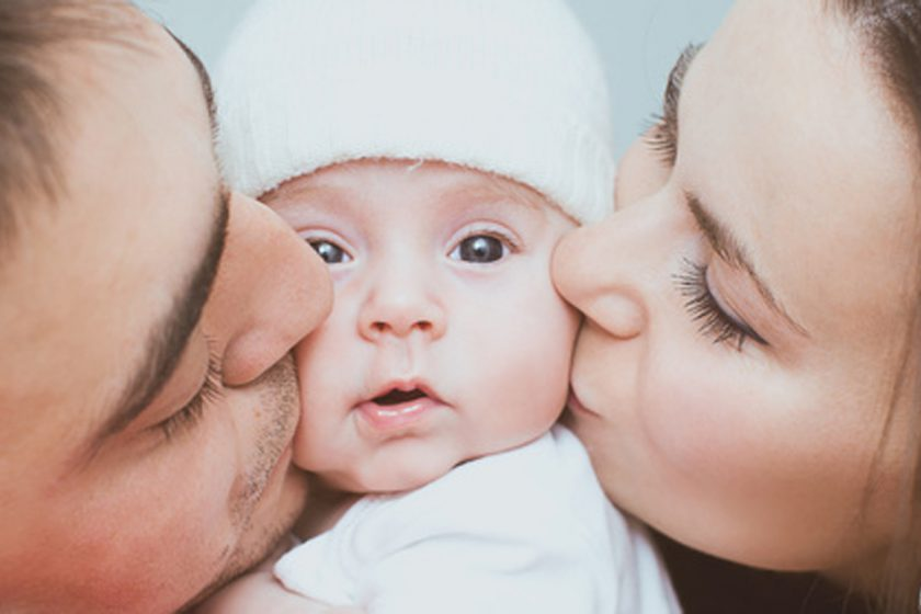 Geburt Wochenbett Mutter Vater küssen baby