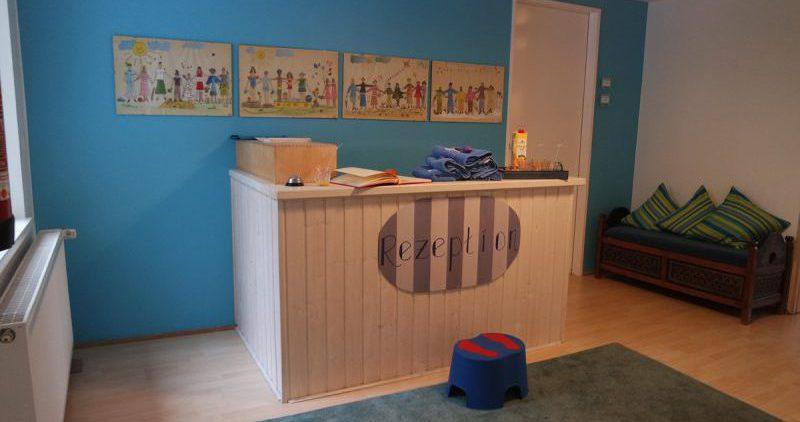 Willkommen, kleine Gäste - an der Rezeption des Kinderhotels