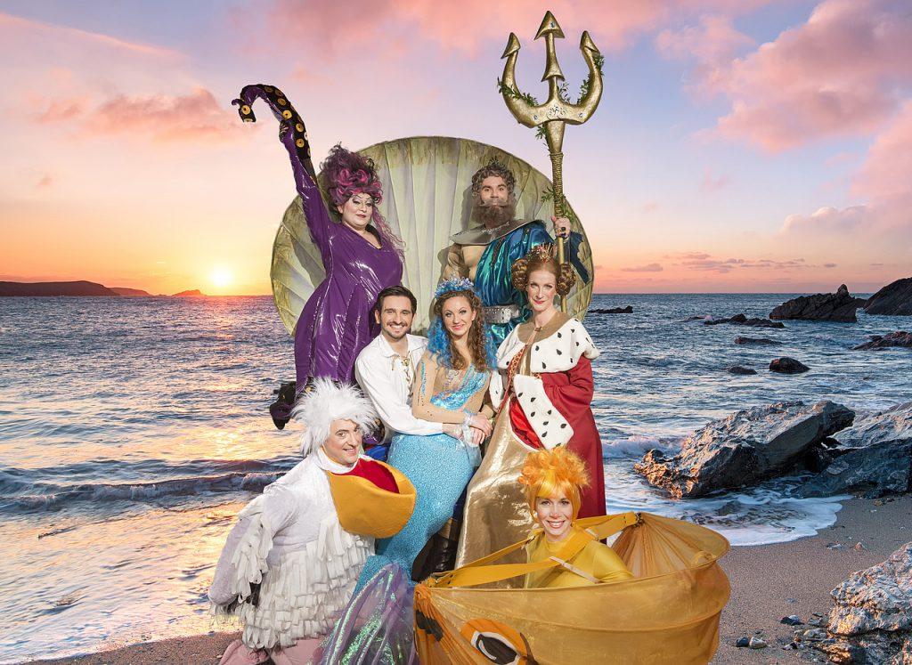 Die Helden eines lustigen Theaternachmittags. Wegen einer Doppelbesetzung fehlt nur die pinke Seepferdchen-Gouvernante Madame Serafina