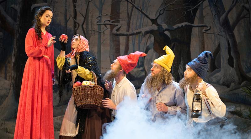 Der verführerische Apfel, ein wunderschönes Schneewittchen und sieben lustige Zwerge