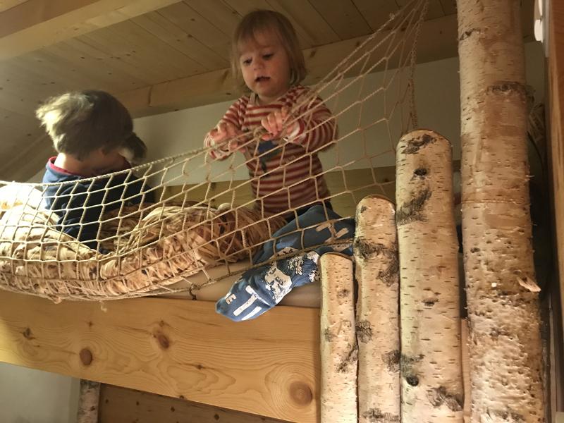 Hochbett Urlaub auf dem Bauernhof Zirbel-Kiefer Zirm Birke Bacherhof Lüsen