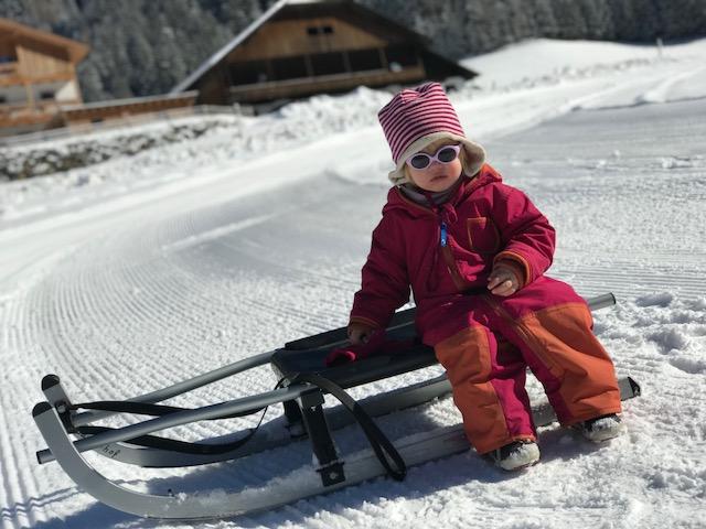 Schlittenfahren mit Kindern Bacherhof in Lüsen Roter Hahn Südtirol Südtiroler Bauernbund